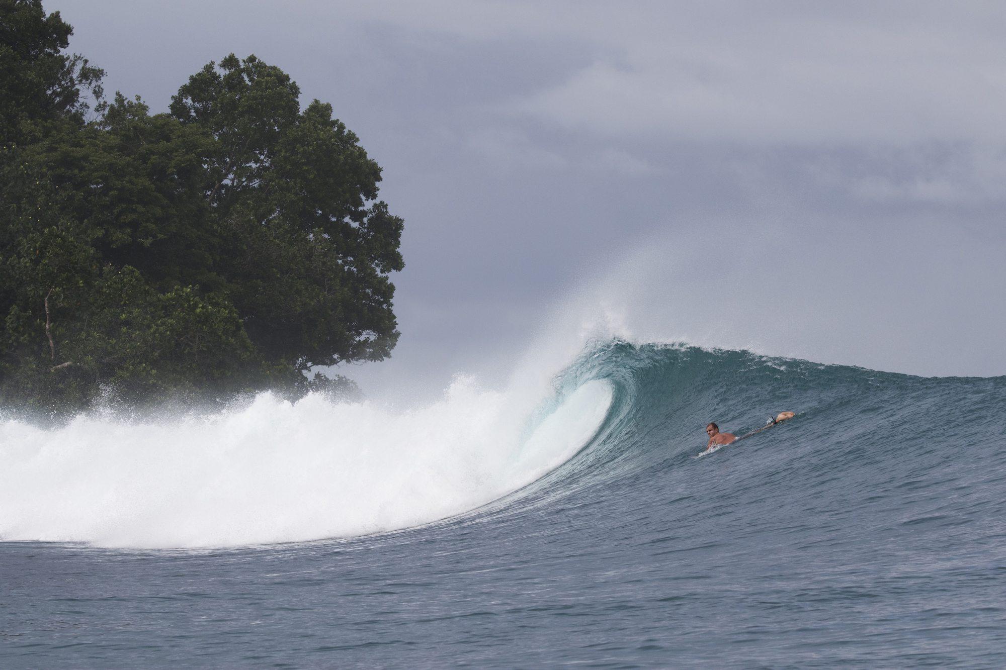 surfer in plunging wave, surf banyak