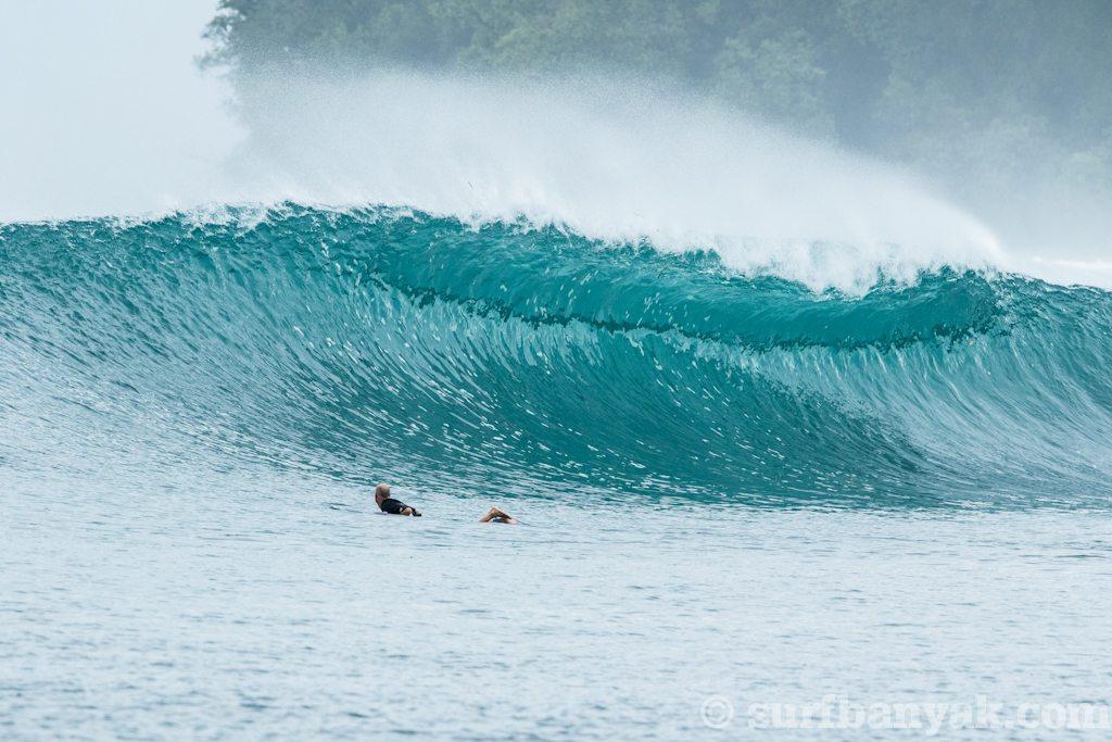 huge plunging wave is coming, surf banyak