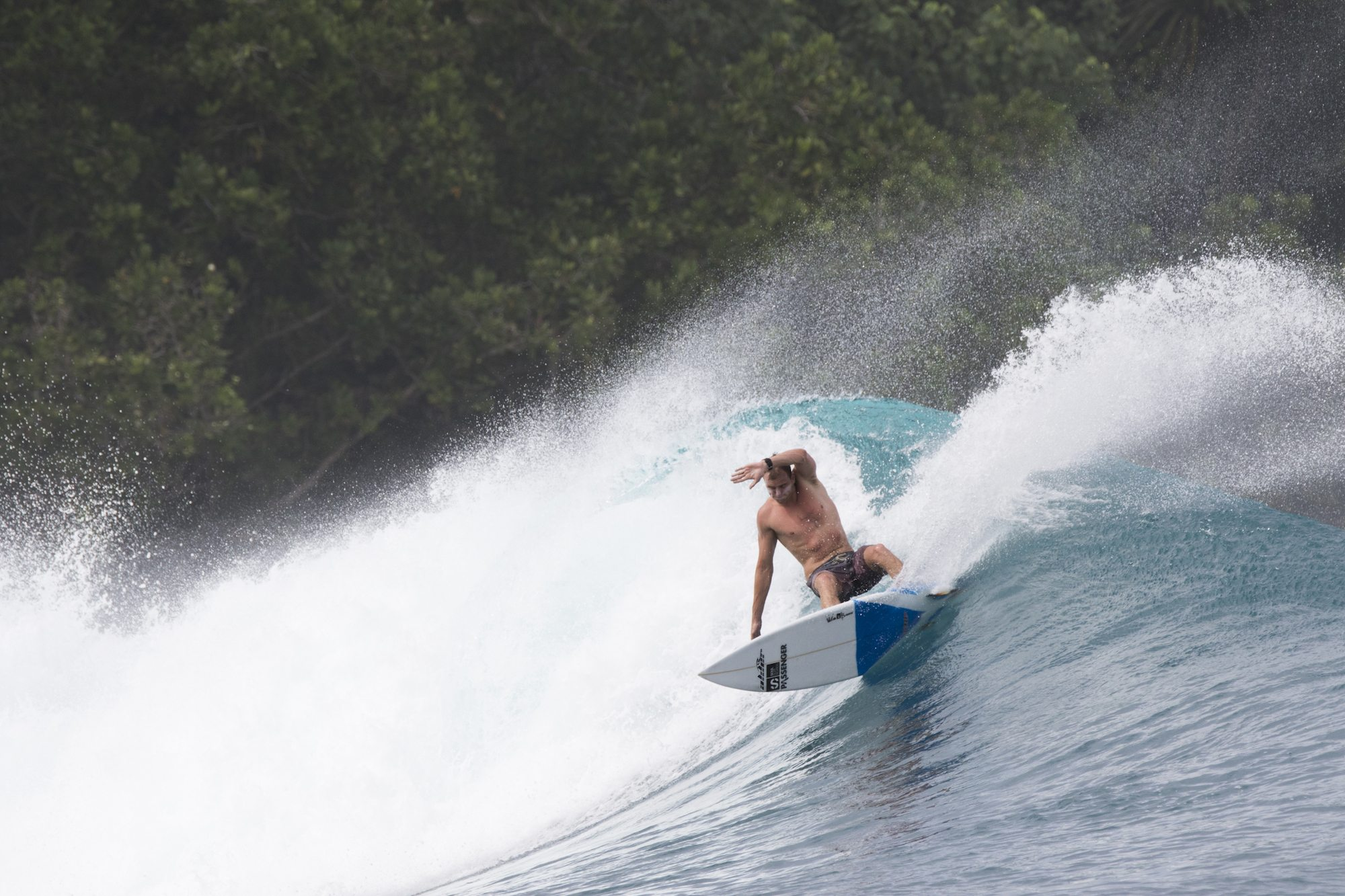 surfer is surfing, surf banyak